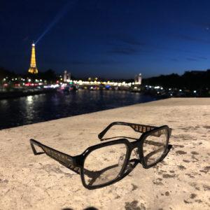 Vinilize Cinematiq Brille Marius Network fotografiert vorm Eifelturm in Paris.